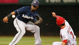 Rookies Pena, Peterson help Brewers sweep Reds in twinbill